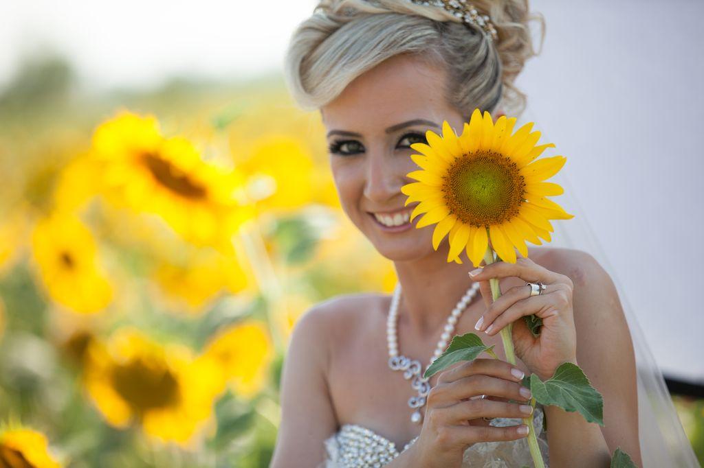 Ay çiçek tarlararında düğün fotoğrafları
